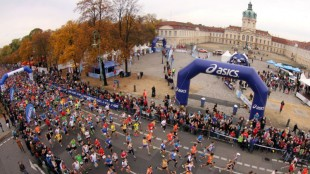 The start of the ASICS Grand 10 Berlin at Schloss Charlottenburg. Credit essential: BERLIN RUNS / Thomas Wenning